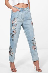 boohoo-sophie-high-rise-embroidered-mom-jeans-yrievLu5jdJGT5ReAEgsgbM5G-300