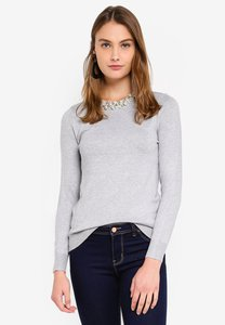 wallis-grey-pearl-neck-detail-jumper-FsLRnzpyY1ph74NkbiTmtZnV2JPuHnbxCHjf-300