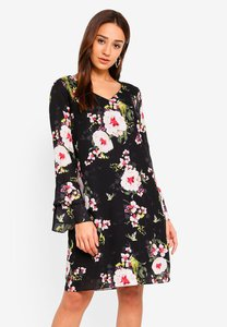 wallis-black-floral-print-shift-dress-KCtwokZerq6apLuivS43etHb2HuS4tvbGVkQ-300